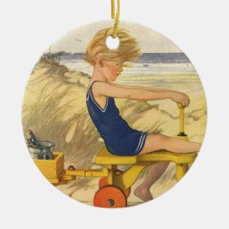 Vintager Junge, der am Strand mit Sand-Spielwaren Rundes Keramik Ornament