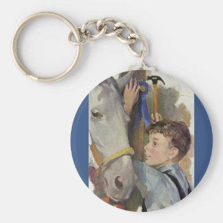 Vintager Junge mit seinem blaues Band-gewinnenden Schlüsselanhänger