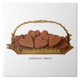 Vintager Korb der Schokoladen-Herzen Fliese
