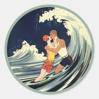 Vintager Kunst-Deko-Liebhaber-Kuss in den Wellen Runder Aufkleber