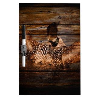 Vintager Loon auf rustikalem Scheunen-Holz Whiteboard