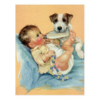 Vintager niedlicher Baby-Junge mit Flaschen-und Postkarten