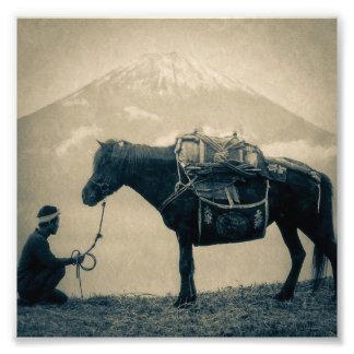 Vintager Reisender und sein Pferd auf Weise zum Photo