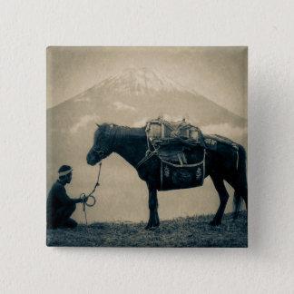 Vintager Reisender und sein Pferd auf Weise zum Quadratischer Button 5,1 Cm