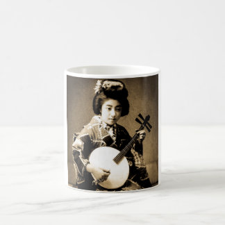 Vintager Sepia tonte den japanischen Geisha, der Kaffeetasse