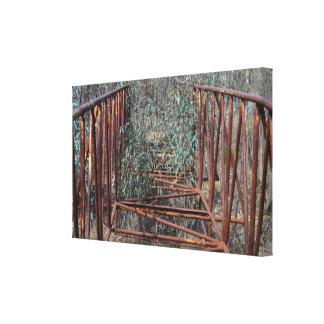 Vintager Steg überwältigt mit Gummi-Bäumen Leinwanddruck