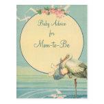 Vintager Storch-tragender Baby-Junge in der blauen Postkarte