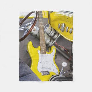 Vintages antikes frisiertes Auto und gelbe Gitarre Fleecedecke