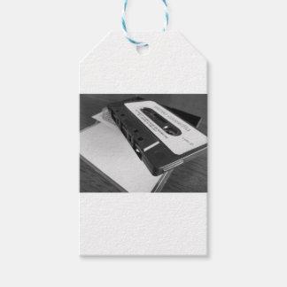 Vintages Audiokassettenband auf hölzerner Tabelle Geschenkanhänger