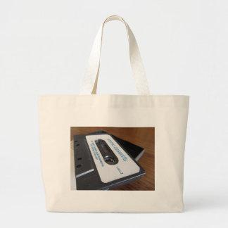 Vintages Audiokassettenband auf hölzerner Tabelle Jumbo Stoffbeutel