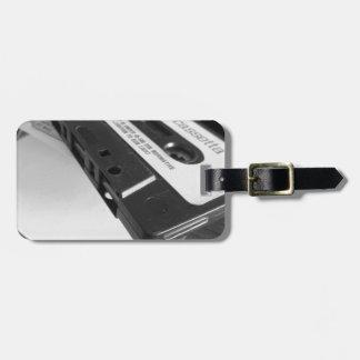 Vintages Audiokassettenband auf hölzerner Tabelle Kofferanhänger