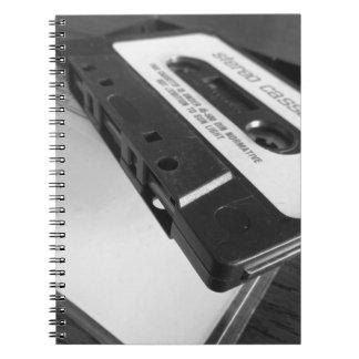 Vintages Audiokassettenband auf hölzerner Tabelle Spiral Notizblock
