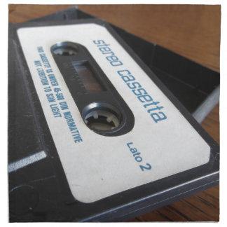 Vintages Audiokassettenband auf hölzerner Tabelle Stoffserviette