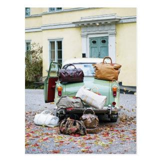 Vintages Auto mit Losen Gepäck Postkarte