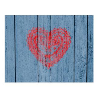 Vintages blaues Holz und rotes Spitze-Herz Postkarte