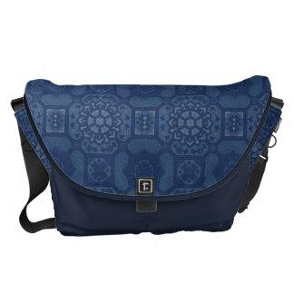 Vintages Blumenmuster - Blau auf Blau Kuriertasche