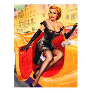 Vintages Button herauf Pinup-Mädchen im Automobil Postkarte