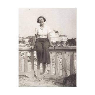 Vintages Foto der jungen Frau auf Stranddreißiger Leinwanddruck