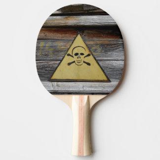 Vintages Gefahrenzeichen auf rustikalem Holz Tischtennis Schläger
