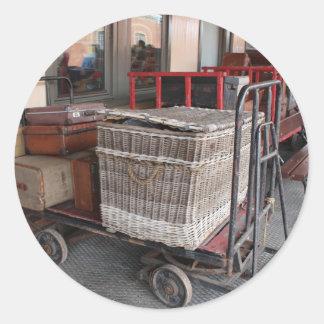 Vintages Gepäck und Weidenkorb - Strecke Runder Aufkleber