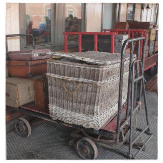 Vintages Gepäck und Weidenkorb - Strecke Stoffserviette
