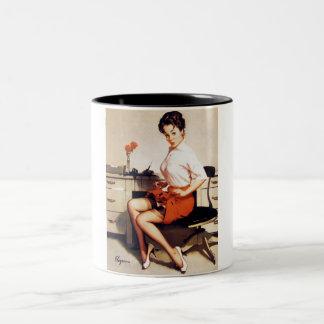 Vintages Gil Elvgren Bürounternehmenspinup-Mädchen Zweifarbige Tasse