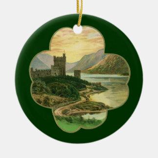 Vintages glückliches GoldKleeblatt mit einem Rundes Keramik Ornament