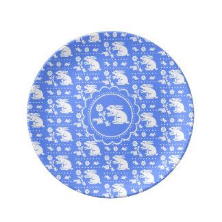 Vintages Häschen-Kaninchen mit Blumen-Blau und Porzellanteller