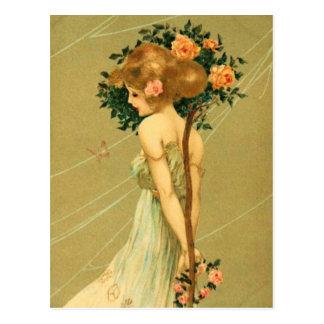 Vintages hübsches Mädchen mit rosa Rosen und Postkarte