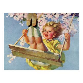 Vintages Kind Mädchen das auf Baum-Schwingen Postkarte