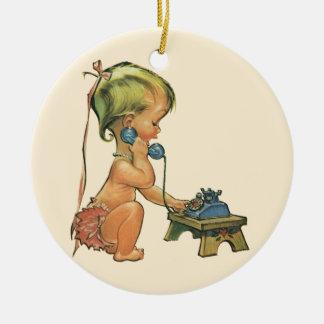 Vintages Kinderniedliches blondes Mädchen, das am Rundes Keramik Ornament