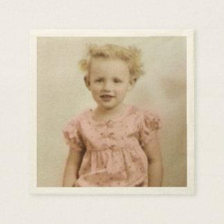 Vintages kleines blondes Mädchen in den rosa Papierserviette