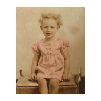 Vintages kleines blondes Mädchen in der rosa Holzwanddeko