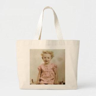 Vintages kleines blondes Mädchen in der rosa Jumbo Stoffbeutel