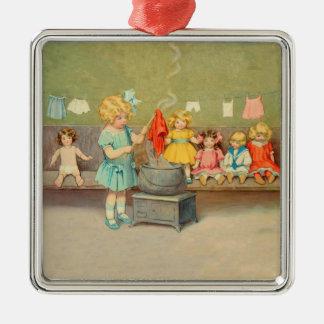 Vintages kleines Mädchen, das mit Puppen spielt Quadratisches Silberfarbenes Ornament