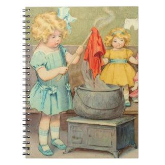 Vintages kleines Mädchen, das mit Puppen spielt Spiral Notizblock