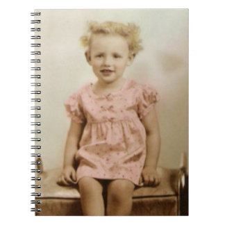 Vintages kleines Mädchen im rosa Kleidergewundenen Notizblock
