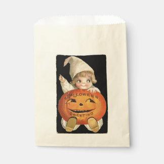 Vintages kleines Mädchen mit großem Geschenktütchen