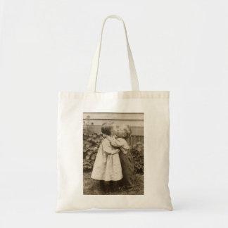 Vintages Liebe-Foto der Kinder, die in einem Budget Stoffbeutel