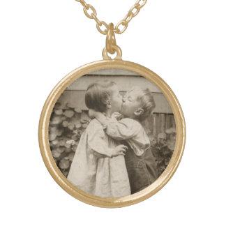 Vintages Liebe-Foto der Kinder, die in einem Halskette Mit Rundem Anhänger