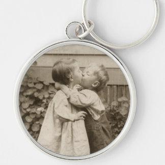 Vintages Liebe-Foto der Kinder, die in einem Schlüsselanhänger