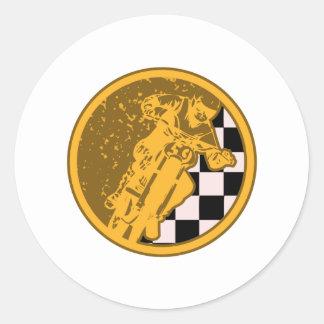 Vintages Motorcross, das Checkered Flagge läuft Runder Aufkleber
