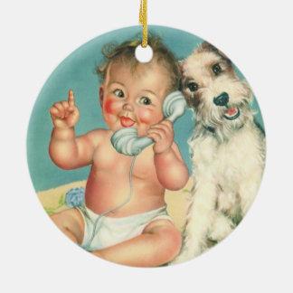 Vintages niedliches Baby, das auf Rundes Keramik Ornament
