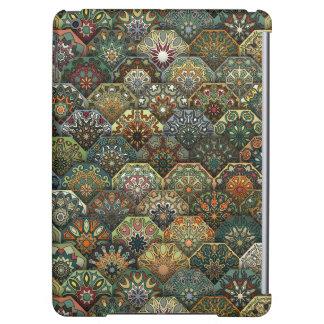 Vintages Patchwork mit Blumenmandalaelementen