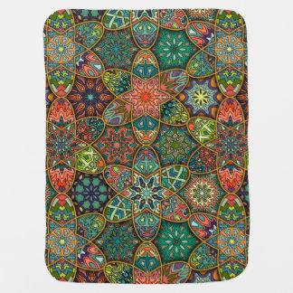 Vintages Patchwork mit Blumenmandalaelementen Baby-Decken