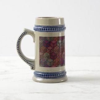 Vintages Patchwork mit Blumenmandalaelementen Bierglas