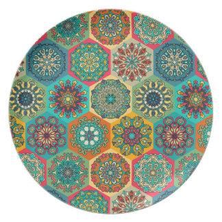 Vintages Patchwork mit Blumenmandalaelementen Melaminteller