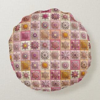Vintages Patchwork mit Blumenmandalaelementen Rundes Kissen
