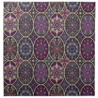 Vintages Patchwork mit Blumenmandalaelementen Stoffserviette
