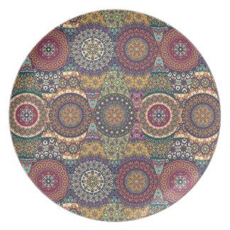 Vintages Patchwork mit Blumenmandalaelementen Teller